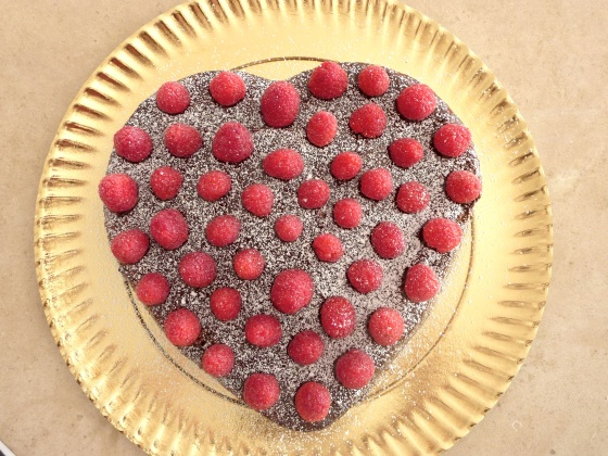 bolo coração de chocolate e framboesas